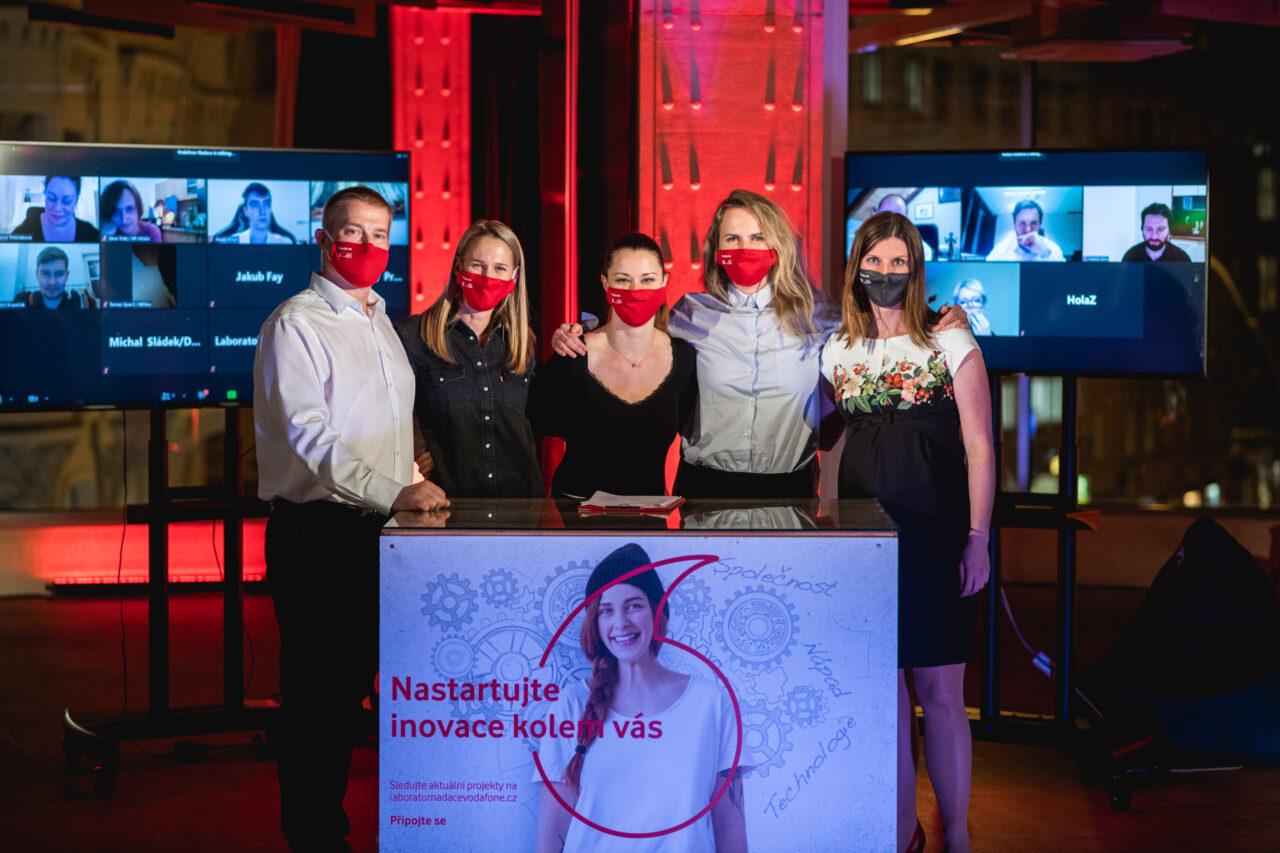 Tým Laboratoře Vodafone, zleva: Jan Fencl, Mirka Kočíková, Jana Hodboďová, Jolana Hájková a Veronika Řídelová. Zdroj: Laboratoř Vodafone